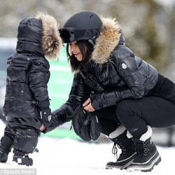 Kim Kardashian West e North West divertindo-se na neve