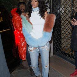 Celebridades como Rihanna adoram a combinção jeans e pele sintética